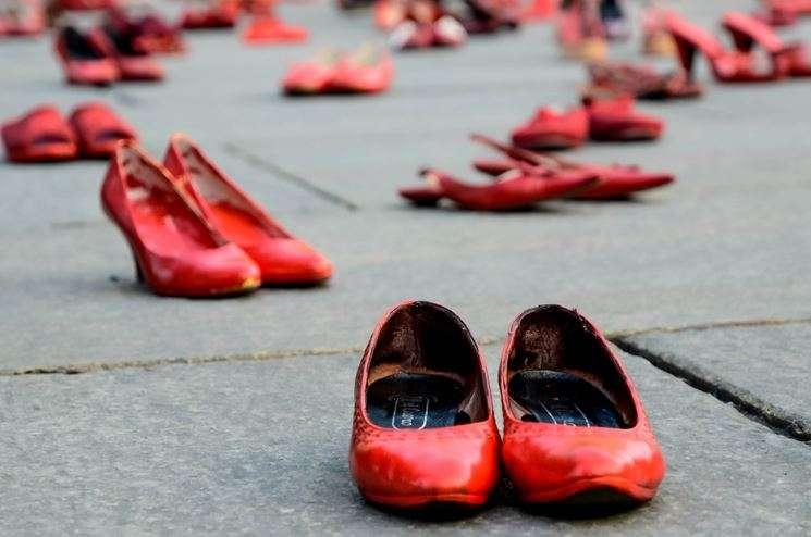 Le scarpe rosse sparse per le strade sono un simbolo della violenza contro le donne