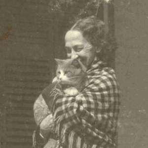 Lavinia sorridente con in braccio un gatto