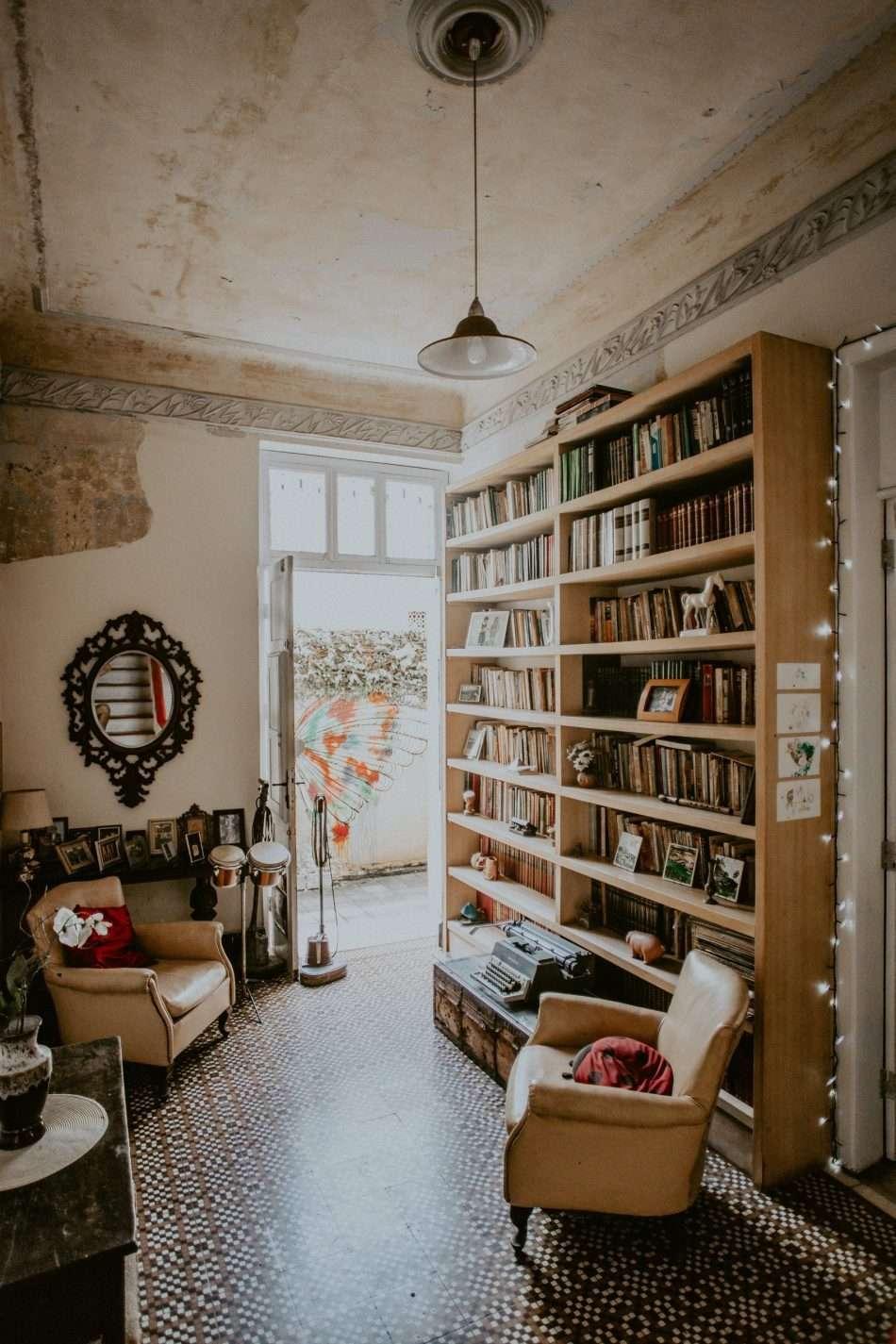 Un bella stanza, con una rcca biblioteca, comode poltrone e una luminosa finestra