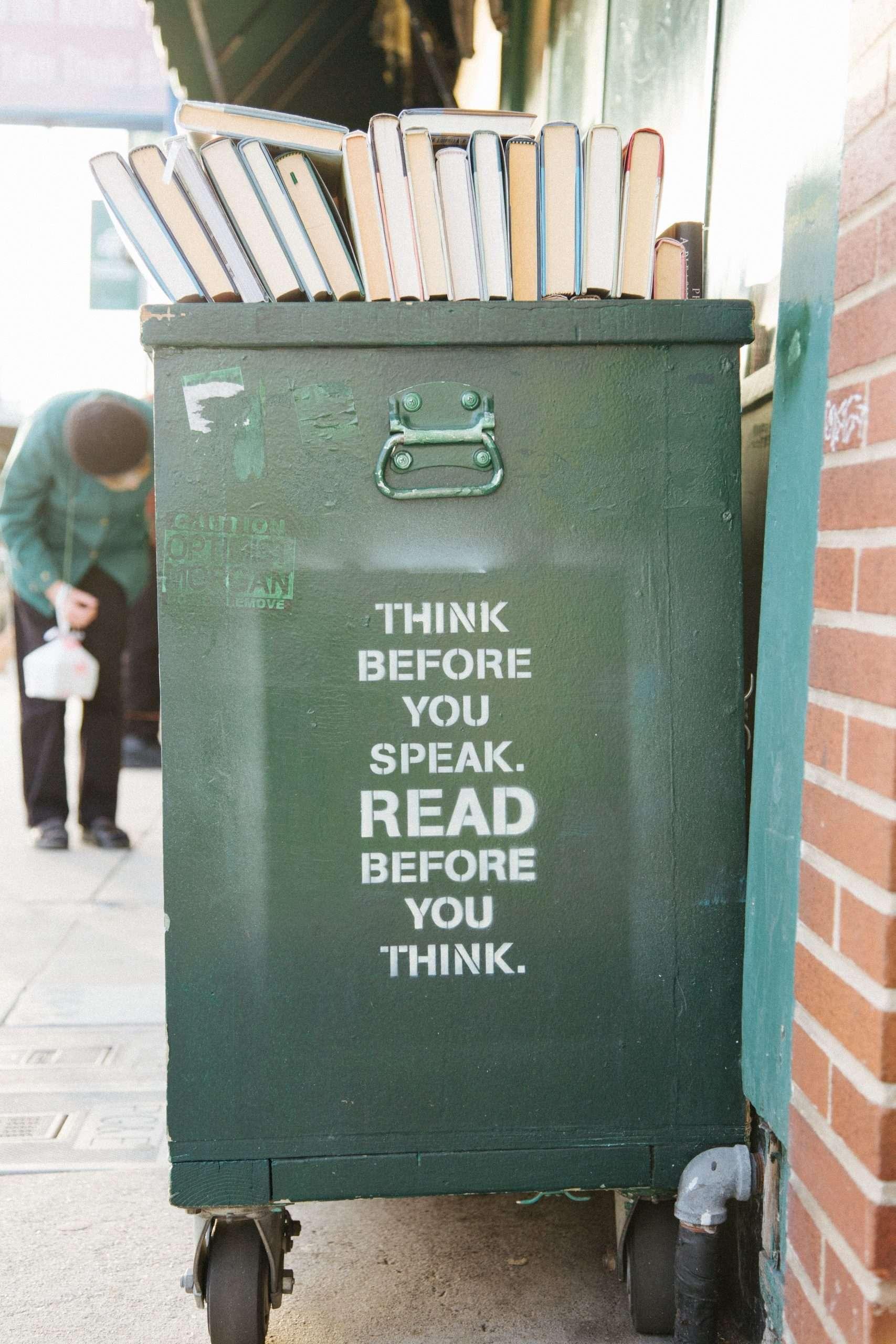 Su un bidone della spazzatura c'è scritto: pensa prima di parlare, leggi prima di pensare